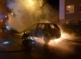 V Šumperku požár kompletně zničil zaparkované auto