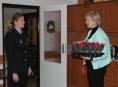 FOTO:Policisté darovali vánoční hvězdy seniorům