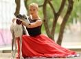 Baletka a fotograf pomáhají týraným chrtům