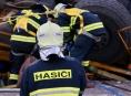 Převrácený jeřáb na Dlouhých stráních hasiči sesunuli do vodní nádrže