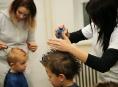 """Šumperští učni předškolákům """"názorně"""" představují řemesla"""