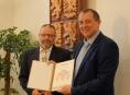 Cenu známého šumperského mecenáše, profesora Viktora Dostála, obdržela škola v Loučné nad Desnou