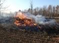 Vypalování trávy versus pálení zahradního odpadu