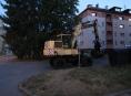 Muž ukradl kolové rypadlo a projížděl se ulicemi Zábřehu
