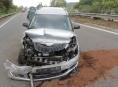 Během jízdy po dálnici D 35 vozidlu praskla pneumatika