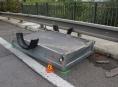 Řidiči na dálnici D 35 se vyhýbali odpadlému kolu z nákladního vozidla