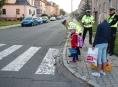 """FOTO. Policisté u přechodů upozorňovali děti: """"Zebra se za Tebe nerozhlédne!"""""""