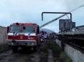 Dvanáct jednotek hasičů likviduje v Chromči požár zemědělského objektu