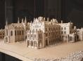 Mladí stavitelé z vlnité lepenky zhotovují modely