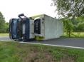 Kamion na Jesenicku najel na nezpevněnou krajnici