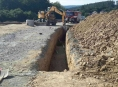 Náhlý sesuv půdy při výkopu kanalizace v Bouzově