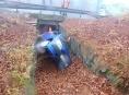 Auto uvězněné v odtokovém kanálu na Jesenicku