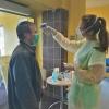 Nemocnici pomáhají studenti lékařských fakult i zdravotnických škol, pacientům například při příchodu měří teplotu zdroj foto: Archiv NŠ