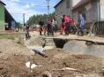 Hasiči odváží tuny poškozeného materiálu