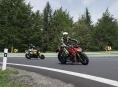 Sto padesát motorkářů na Červenohorském sedle