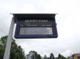 Vandal poškodil informační panel na vlakové zastávce v Loučné nad Desnou