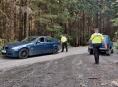 Policisté s lesníky kontrolovali motoristy v lese