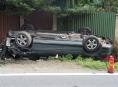 Motorista projíždějící Sobotínem skončil s vozidlem na střeše