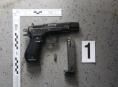 Agresivní muž v Postřelmově vyhrožoval s pistolí v ruce