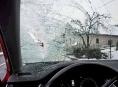 Uvolněný led z návěsu ohrozil řidiče osobního auta na Šumpersku