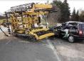 Přívěs traktoru se převrátil na projíždějící vozidlo
