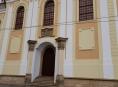 Dvoukřídlá dubová vrata z druhé poloviny 18. století se vrací zpět