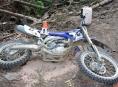 Motorkář havaroval na lesní cestě