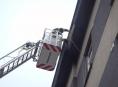 Další padající omítka z fasády domu. Zasahovali hasiči v Přerově.