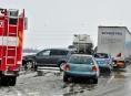 V Olomouckém kraji vydatně sněžilo. Řidiči bourali!