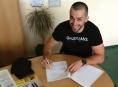 S Draky podepsal smlouvu obránce Jan Tesařík