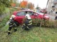 Řidička couvala na plný plyn a skončila korytě potoka