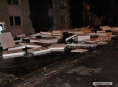 V Přerově spadl stavební materiál ze střechy