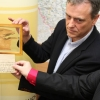 Hejtman Jiří Rozbořil představuje unikátní fragment textilie z mumie Ramesse II.  zdroj foto:ok