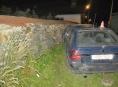 Alkoholem zmožený řidič trefil kamennou zeď v Moravičanech
