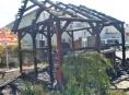 AKTUALIZOVÁNO! V Šumperku po výbuchu propan-butanové láhve shořel altán u restaurace
