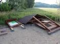 Vandal na Olomoucku zničil odpočívadla u cyklostezky