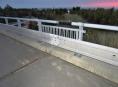 Tři mosty u R-35 jsou bez zábradlí