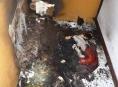 Oheň na balkoně paneláku ve Štítech zalarmoval několik jednotek hasičů