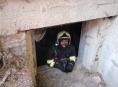 Bleskovka! Ve sklepních prostorách v obci Police hoří a doutná 10 tun uhlí
