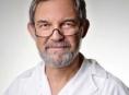 Primář Ivan Schlemmer si chválí nového mikroskopového pomocníka při operaci zraku