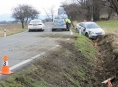 Řidička se lekla srnky, řidič projel živým plotem