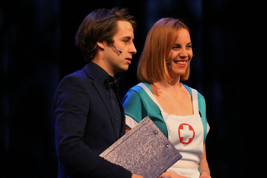 Večerem provázeli herci šumperského divadla Lucie Šmejkalová a Kryštof Grygar foto: šumpersko.net - M.Jeřábek