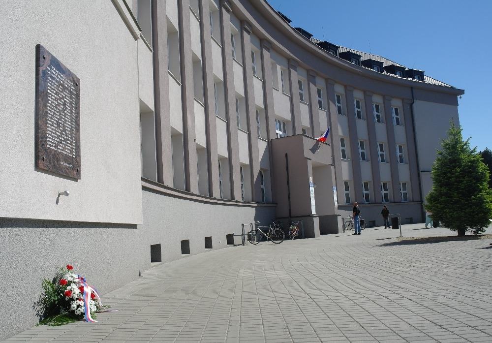 Představitelé města Zábřeh uctili květinami památku obětí druhé světové války zdroj foto: muz