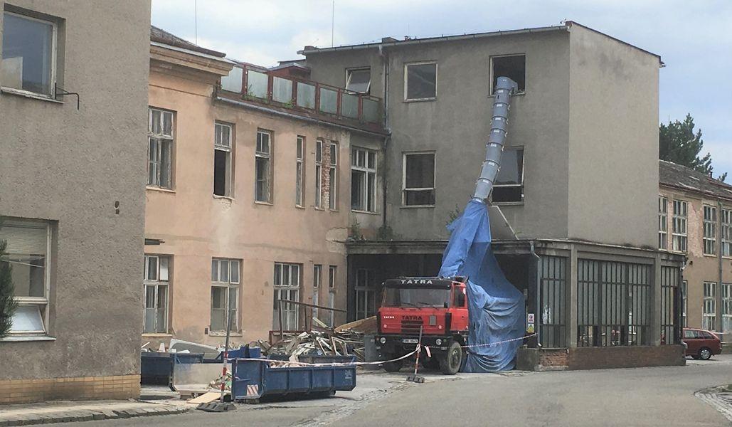 Budova staré chirurgie chátrá víc než dvacet let. Nemocnice se teď pustila do její rekonstrukce foto: NŠ - Hana Hanke