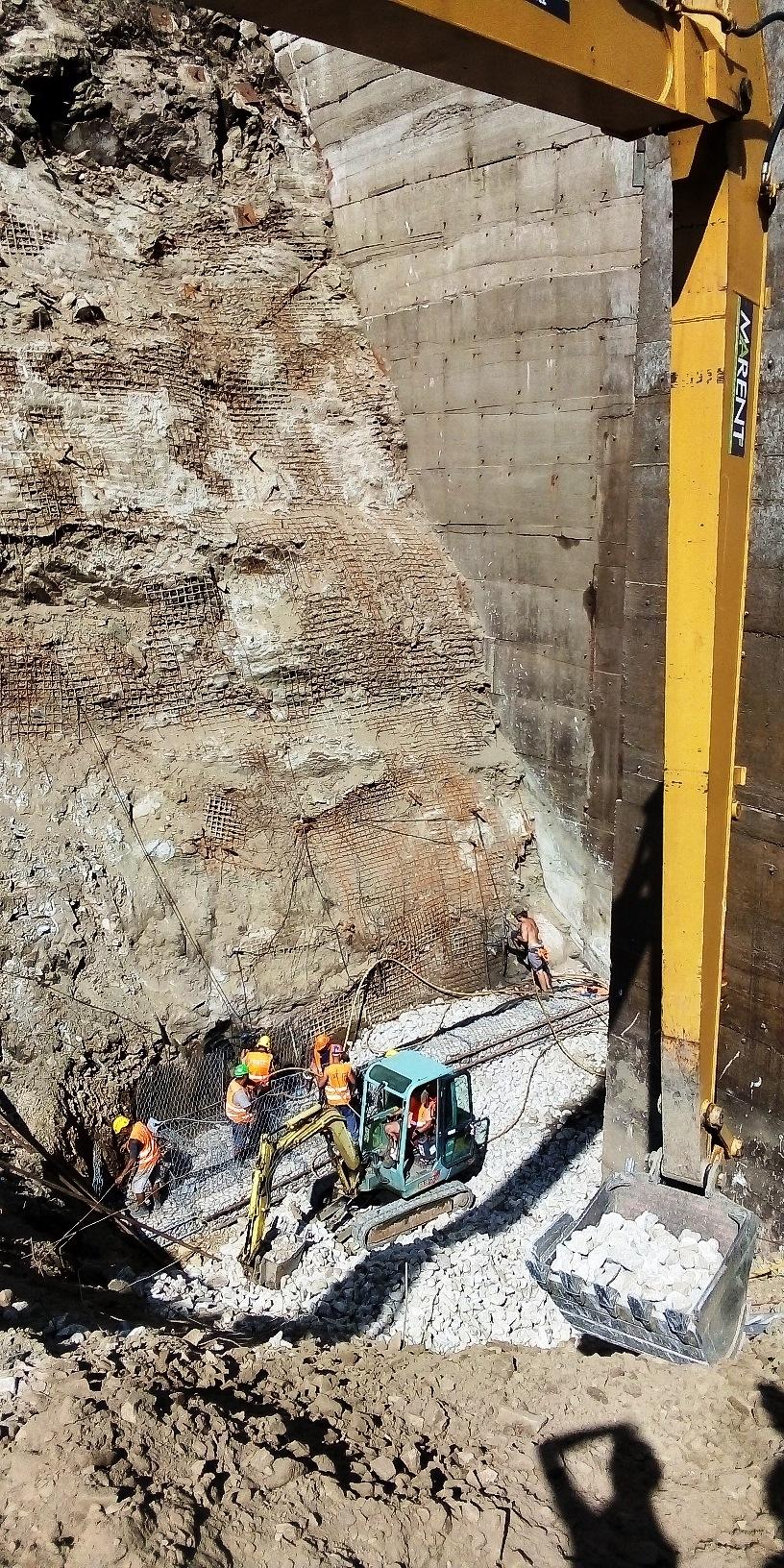 Nad dolní nádrží Dlouhých strání se vyztužuje skalní svah