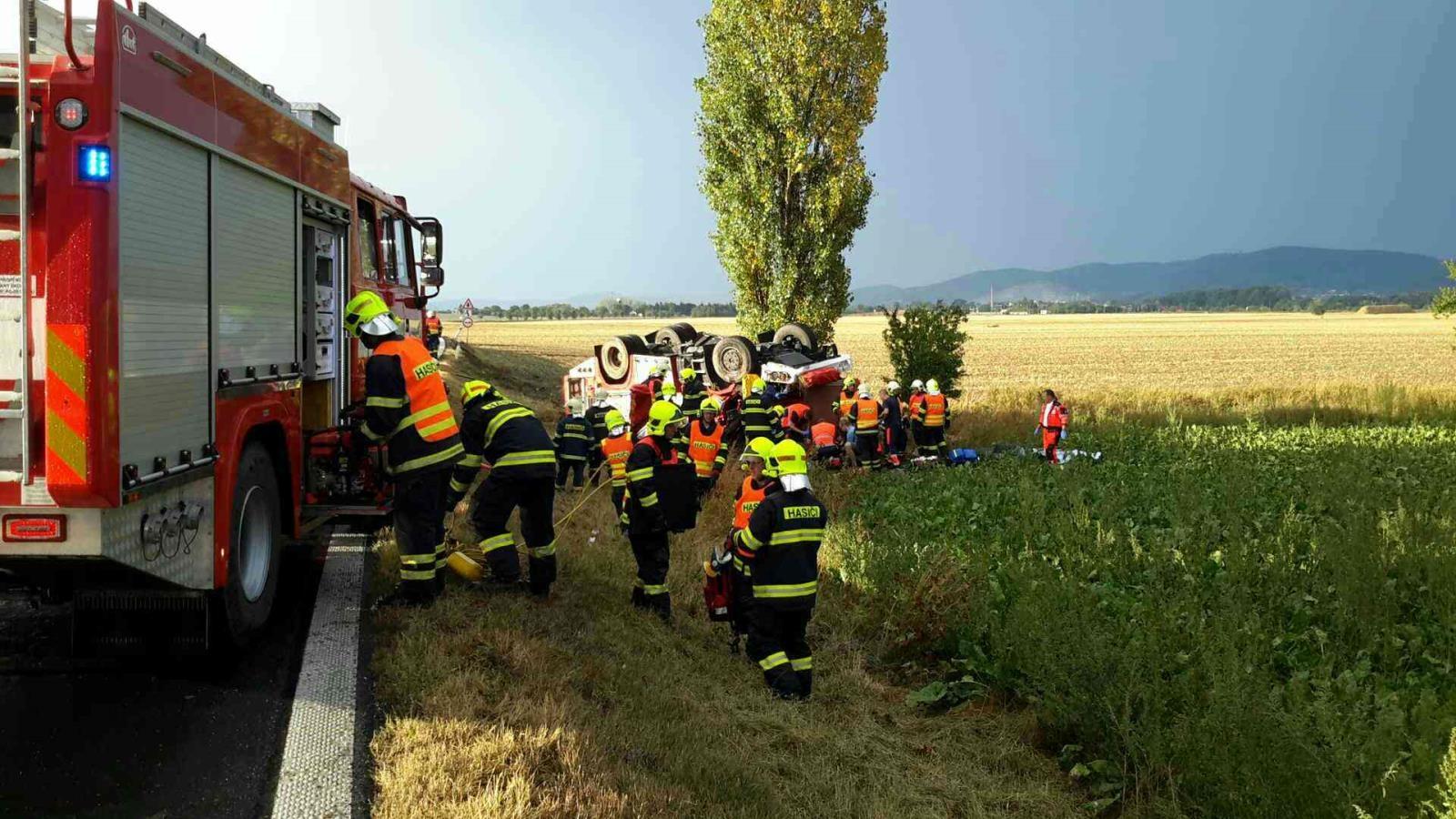 Nehoda hasičské cisterny na Šumpersku zdroj foto: HZS Olk