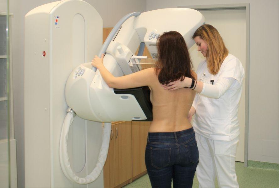 Jedním z nejúčinnějších způsobů, jak se bránit rakovině prsu, jsou pravidelné prohlídky na mamografu. Své mamografické pracoviště má i Nemocnice Šumperk. Ročně na něm vyšetří víc než deset tisíc žen foto: H. Hanke - NŠ