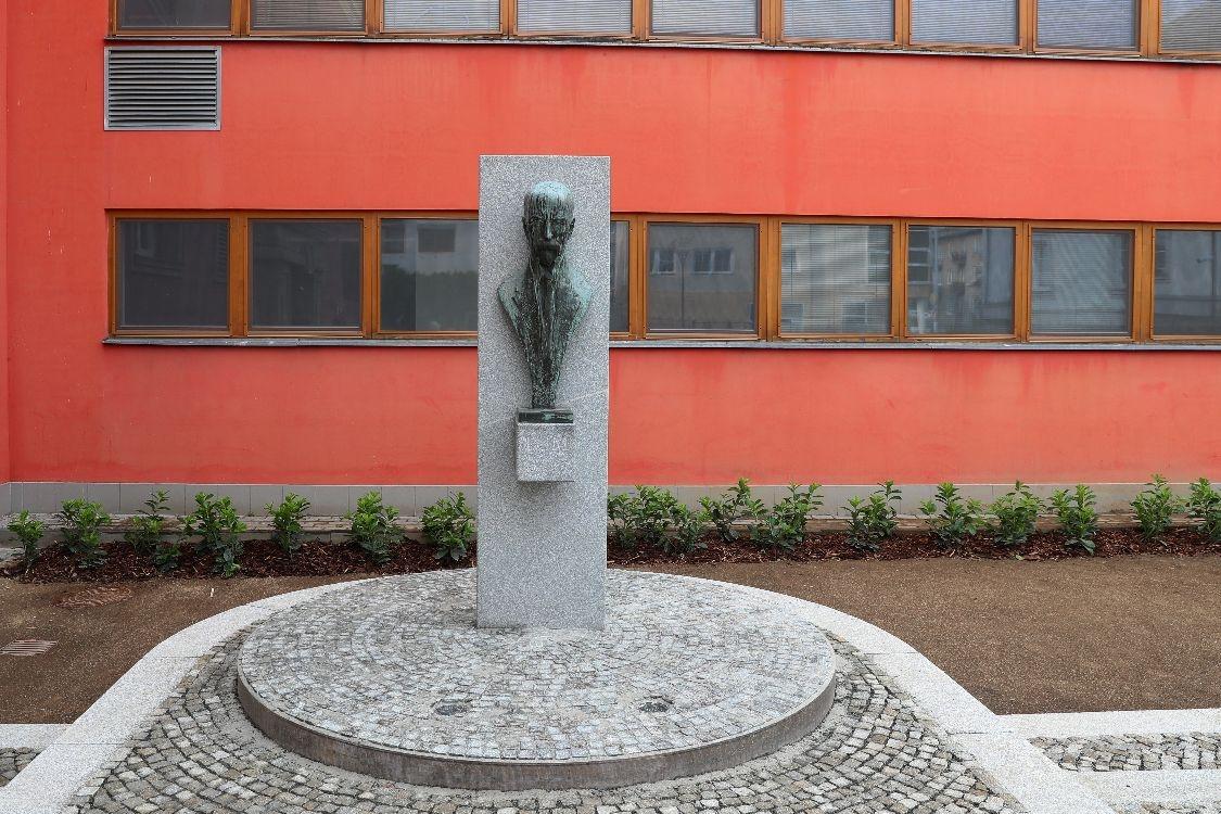 Šumperk - památník T.G.M. před knihovnou zdroj foto: archiv šumpersko.net