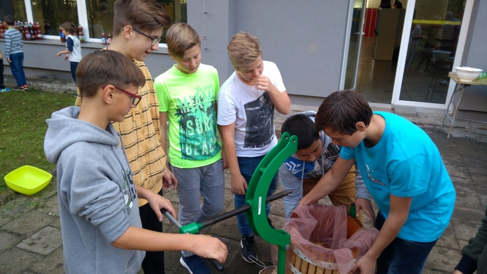 Šumperk - moštování na V. ZŠ zdroj foto: škola