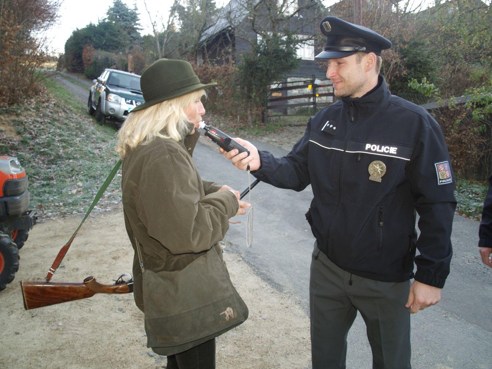 Policisté prováděli kontrolu myslivců na honitbě v Bludově zdroj foto: PČR